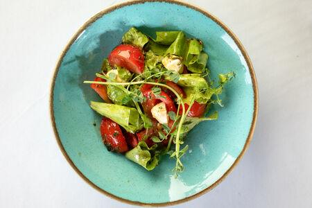 Салат с моцареллой и томатами