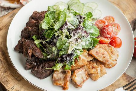 Теплый салат с курицей и потрошками