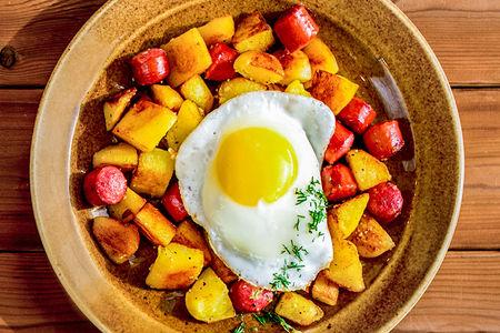 Жареный картофель с глазуньей и колбасками