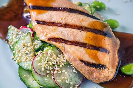 Лосось гриль с овощным салатом