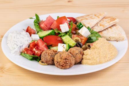 Фалафель Бейрут с греческим салатом, хумусом, соусом цацики и питой