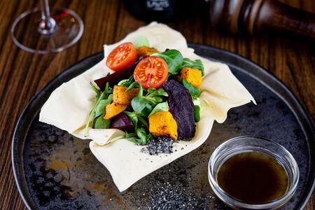 Салат с печеной свеклой и тыквой в корзинке из рисового теста