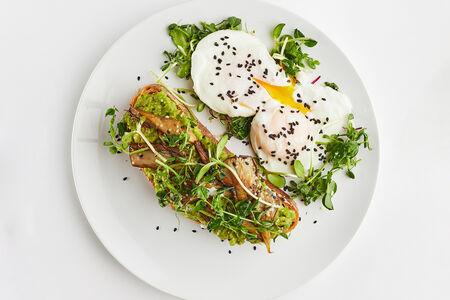 Авокадо-тост с грибами и яйцом пашот