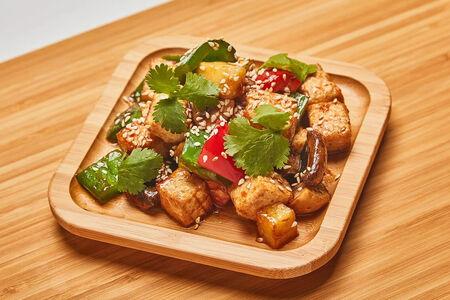 Жареный сыр тофу с овощами