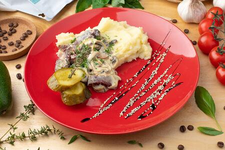 Бефстроганов из вяленого мяса с картофельным пюре