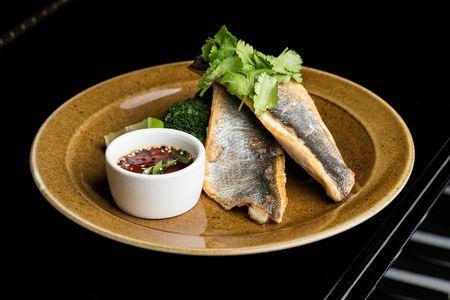 Филе сибаса с брокколи и соусом понзу