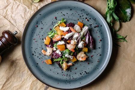 Салат с рикоттой, хурмой и креветками