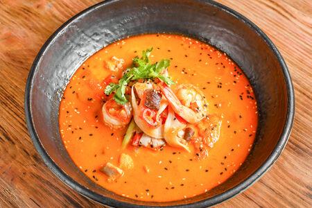 Суп Том Ям с креветками и цыплёнком