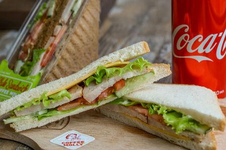 Сэндвич с куриным рулетом и Coca-Cola