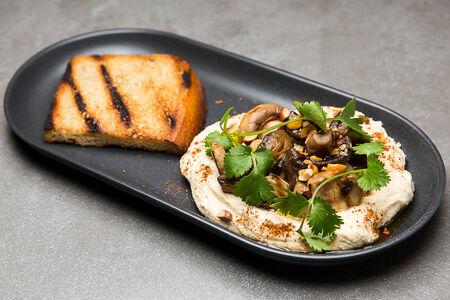 Хумус с шампиньонами гриль и фундуком