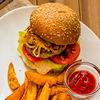 Фото к позиции меню Бургер с говядиной, беконом и картофельными дольками