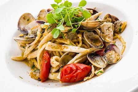 Спагетти с кальмарами, вонголе и боттаргой