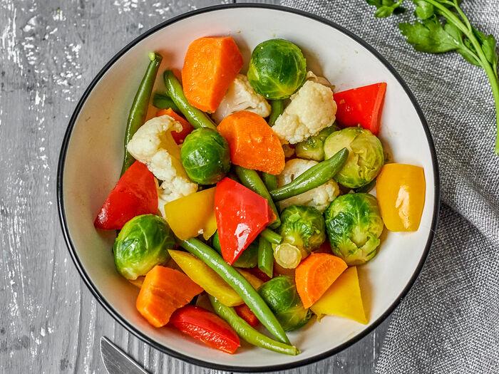Овощи на пару с соусом песто
