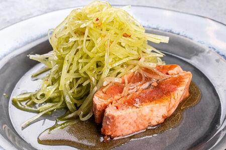 Салат из дайкона с жареной неркой