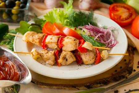 Шашлык из курицы со свежими овощами