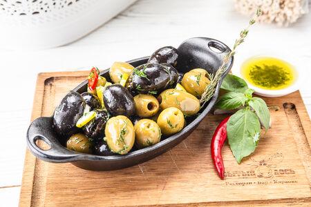 Ассорти из маслин и оливок