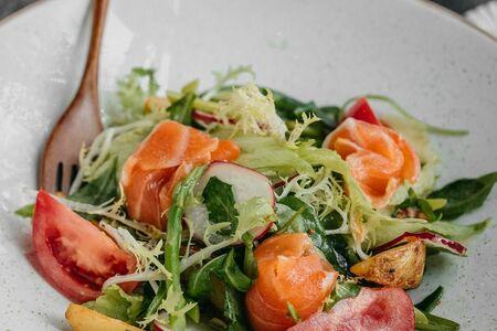Салат со свежей спаржей и лососем