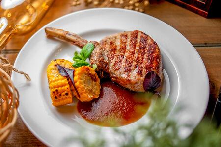 Антрекоты из свинины со сливовым барбекю