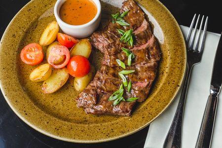 Стейк Мачете из мраморной говядины в сливочно-перечном соусе с мини-картофелем и томатами