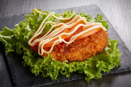 Куриный бургер в листьях