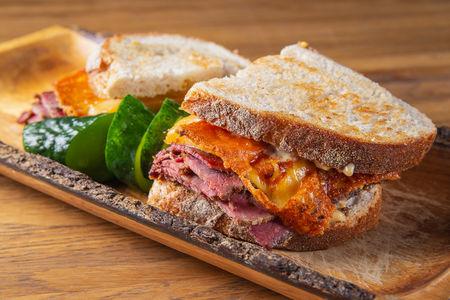 Тёплый сэндвич с пастрами и сыром Чеддер