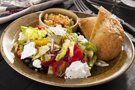 Греческий салат с хумусом и питой