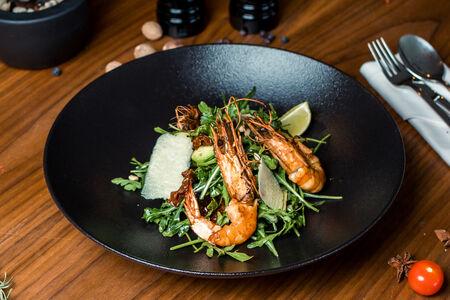 Салат с рукколой и тигровыми креветками гриль