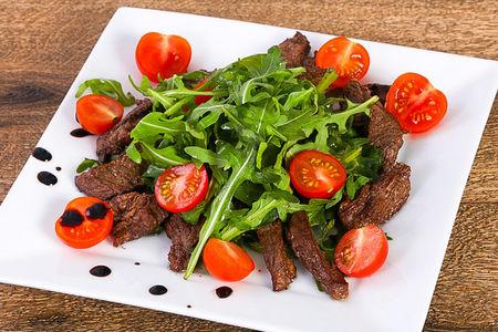 Теплый салат с телятиной и рукколой