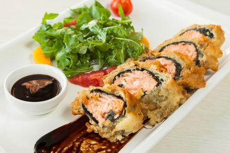 Салат с лососем в темпуре в азиатском стиле