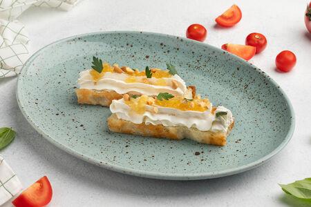 Тапас с мягким сыром и конфи из груши