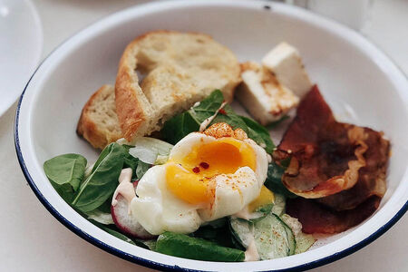 Яйцо пашот со шпинатом и беконом