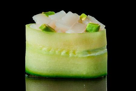 Гункан в огурце с гребешком и авокадо