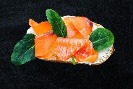 Брускетта с лососем и шпинатом