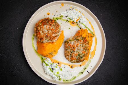 Рыбные оладьи с морковным пюре