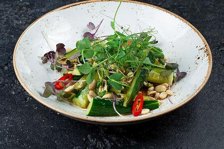 Салат из битых огурцов с орехами в китайском стиле