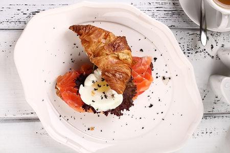 Круассан с лососем и яйцом пашот