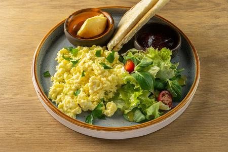 Скрэмбл из трёх яиц с тостами, джемом и маслом