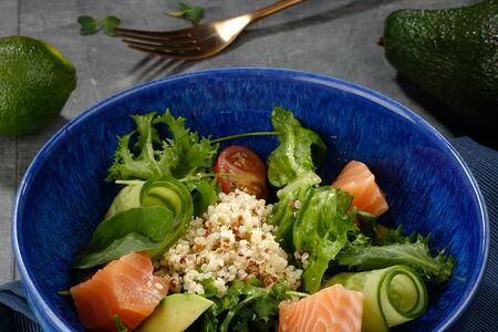 Салат со слабосоленой семгой, киноа и медово-горчичной заправкой