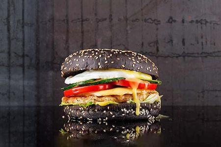 Черный бургер с куриной котлетой и яйцом
