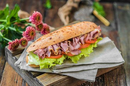 Сэндвич с копченой говядиной