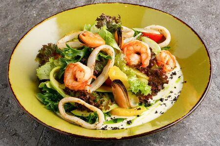 Салат с морепродуктами и горчично-лаймовым соусом