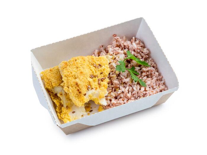 Бурый рис с семенами льна и филе трески в кукурузной панировке