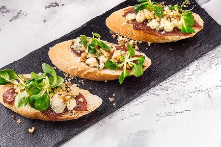 Пинчос с грушей и голубым сыром