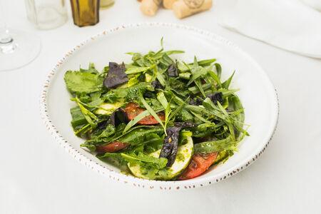 Салат из томатов и имеретинским сыром с зеленью