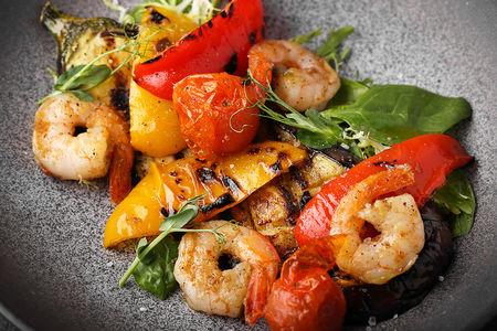 Салат Теплый баклажан с креветками