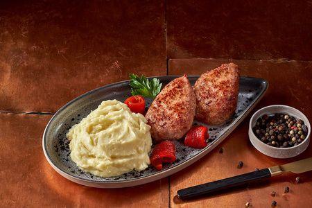 Котлеты из индейки с картофельным пюре и печеным перцем