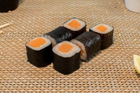 Ролл Хосомаки с лососем
