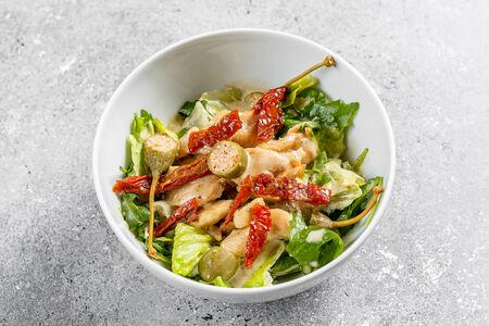 Салат с куриной грудкой под соусом из тунца