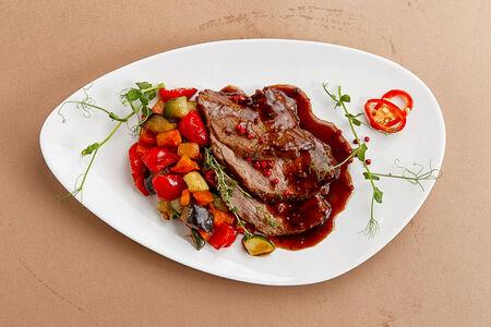 Ростбиф с овощами в коньячном соусе