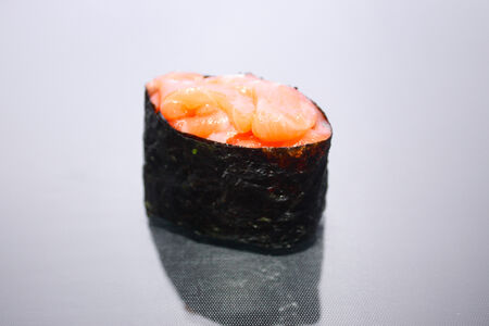 Гункан с охлажденным лососем
